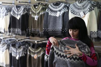 觀光客買冰島毛衣 翻開卻寫「中國製造」