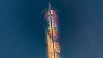 絕對0修圖! 天空出現絕美「彩虹飛機雲」 20歲德國攝影師巧手捕捉