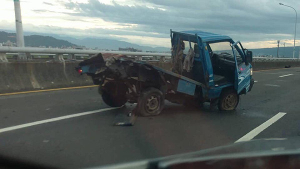 ▲▼女子在中投公路上狂飆,撞上小貨車,導致駕駛頭顱變形慘死。(圖/翻攝爆料公社)