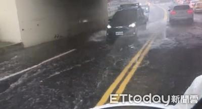 大雷雨炸台南! 東區路段淹大水