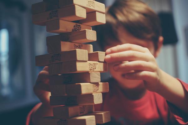 弟弟,男孩,小學生,疊疊樂,玩耍,同學(圖/取自免費圖庫stocksnap)