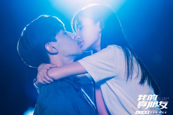 ▲▼Angelababy、鄧倫天橋之吻。(圖/翻攝自微博/我的真朋友)