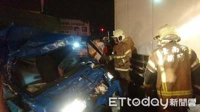 貨車追撞駕駛人受困 消防人員搶救送醫