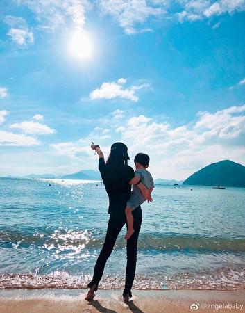 最近Angelababy帶兒子「小海綿」遊玩的畫面總能被大陸網友「路透」,黃曉明卻總不見蹤影。(翻攝自Angelababy微博)