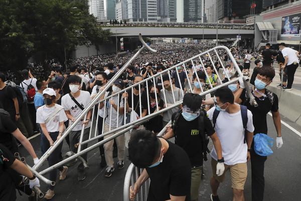 快訊/港警開槍放催淚彈! 抗議現場爆發正面交鋒