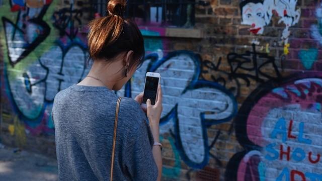 ▲▼女生玩手機。(示意圖/取自免費圖庫Pixabay)