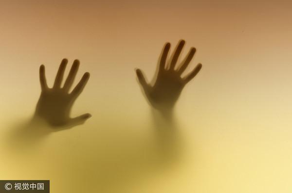 指侵身障女跳樓逃 被害女父親逮個正著…色男下跪求原諒