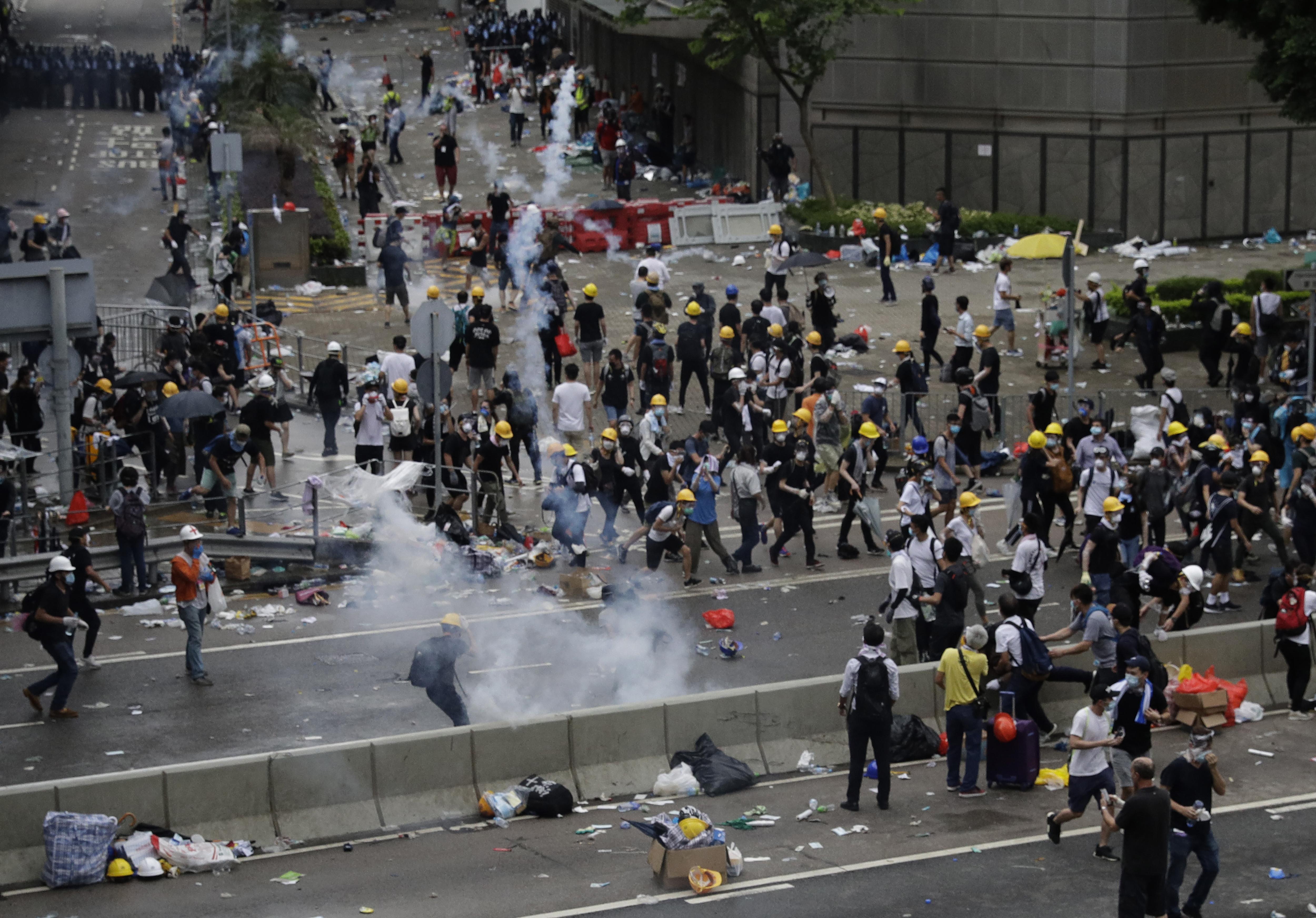 ▲▼香港反送中示威,警方朝示威者發射催淚瓦斯。(圖/達志影像/美聯社)