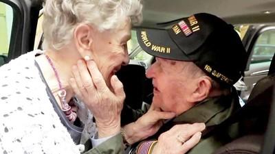 戰後75年再見到初戀!美國老兵與法國奶奶相擁哭了:謝謝你活下來