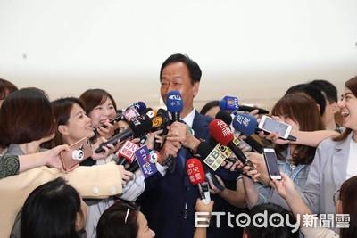 影/國民黨採納多一家媒體轉播政見會 郭台銘笑看中天記者:「幫妳拿麥克風!」