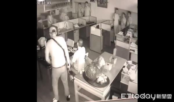 快訊/挾持人質畫面曝光!歹徒內訌棄械投降 署長進入帶2嫌上警車