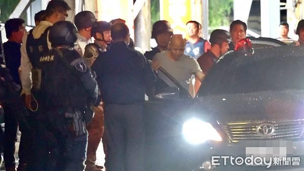 ▲▼桃園持槍挾持案,人質全員獲釋,林姓嫌犯棄械投降被帶上警車。(圖/記者張君豪攝)