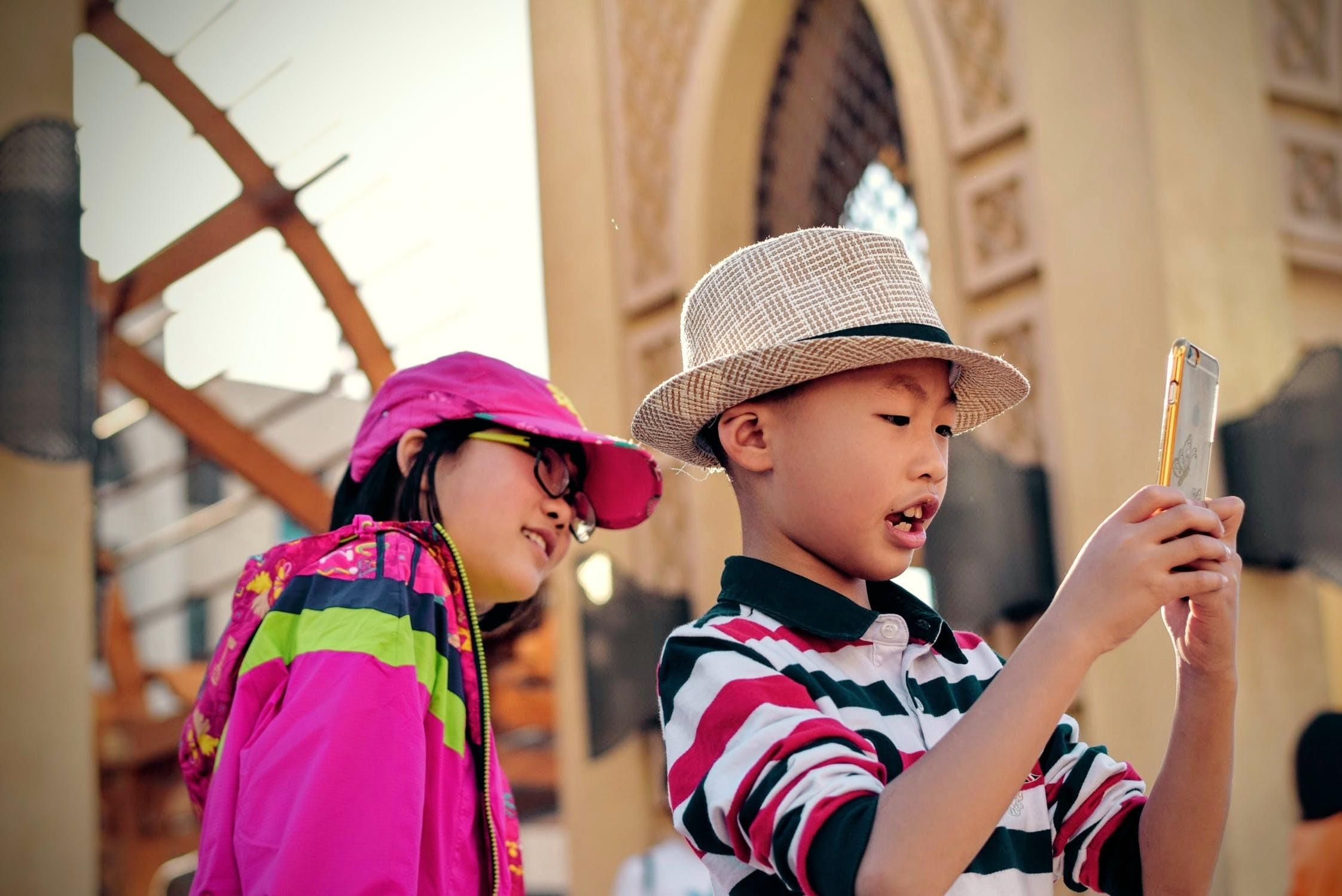 ▲▼兒童使用手機。(圖/取自免費圖庫Pexels)