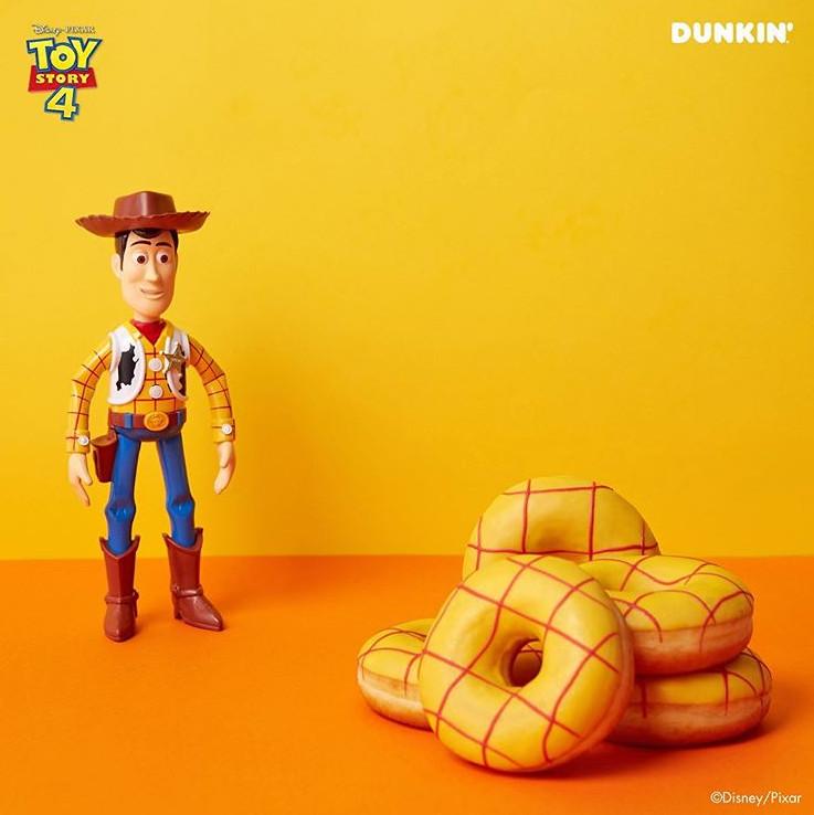 《玩具总动员》商品酞烧!韩妞疯抢巴斯光年「甜甜圈桶」 背出门超可爱