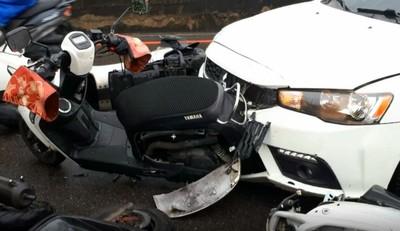 紅燈卻誤踩油門 轎車撞11機車6傷!