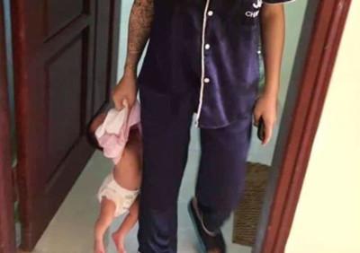 19歲小媽媽單手抓衣「提2月嬰」
