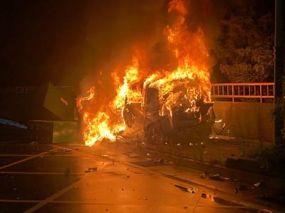 酒駕男甩警 撞變電箱車毀人亡
