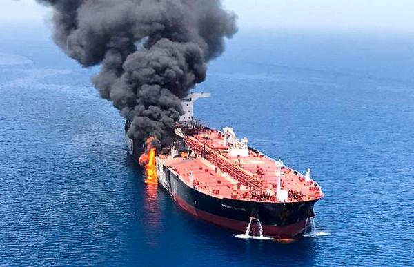 ▲▼阿曼灣發生2起商船遇襲事件,其中一艘油輪在海面上燃燒。(圖/路透)