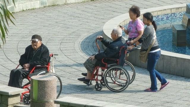 ▲▼長照法示意圖,老人,外傭,看護,輪椅,病人,外勞,家庭照護工,失能(圖/記者陳明仁攝)