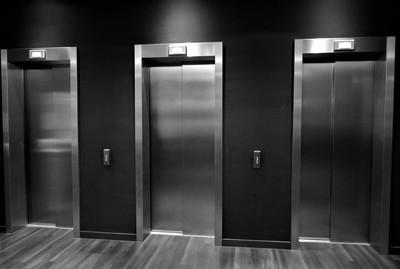 散髮女半夜「電梯間梳頭」!警衛見監視器嚇傻