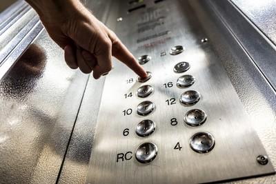 電梯裡「嘴噘起來」 吐人口水涉公然侮辱