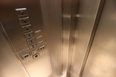 洋裝女進電梯狂按關門 行動不便者全被卡