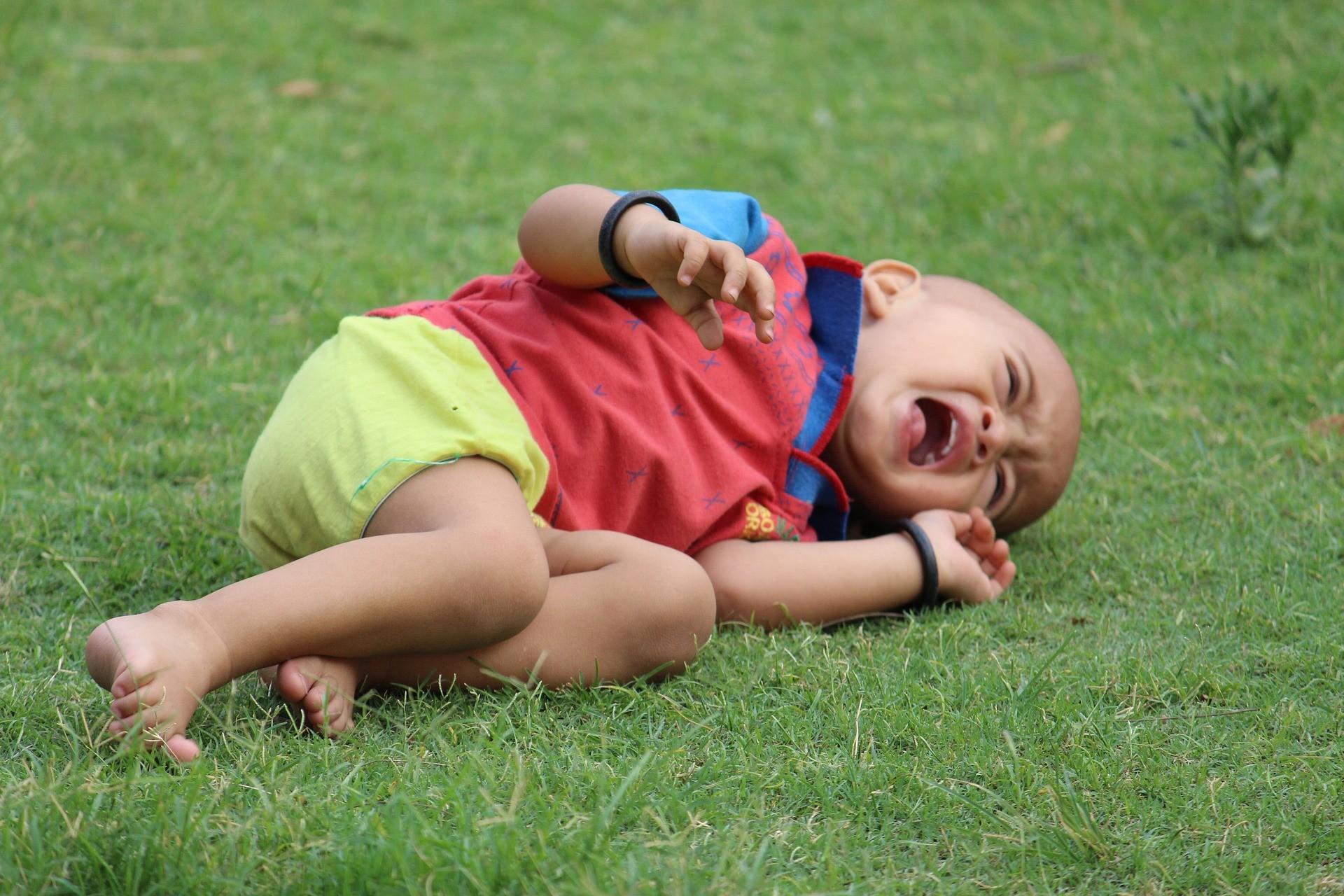 ▲▼小孩哭鬧玩手機。(示意圖/取自免費圖庫Pixabay)