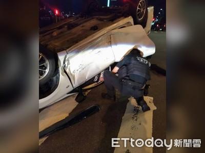 車禍翻車3人受困特警撬車門救出