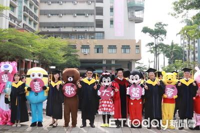 中華醫大畢典有創意 熊抱哥、小小兵人偶校園巡禮