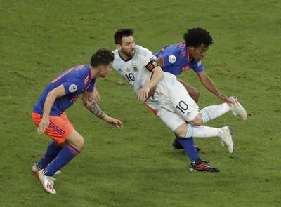 美洲盃/梅西錯失空門遭粗暴肘擊後頸