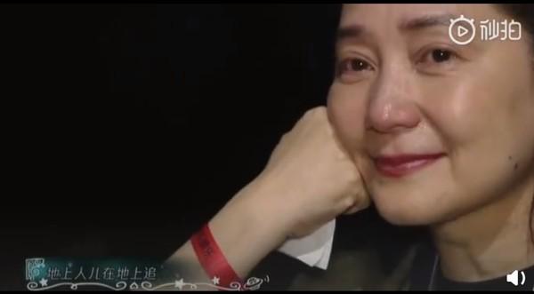 ▲歐陽娜娜生日唱「這首歌」:我要實現媽媽的願望! 傅娟台下摀嘴淚崩。(圖/翻攝自微博)