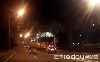 老翁推車卡環東大道車陣 警即刻救援