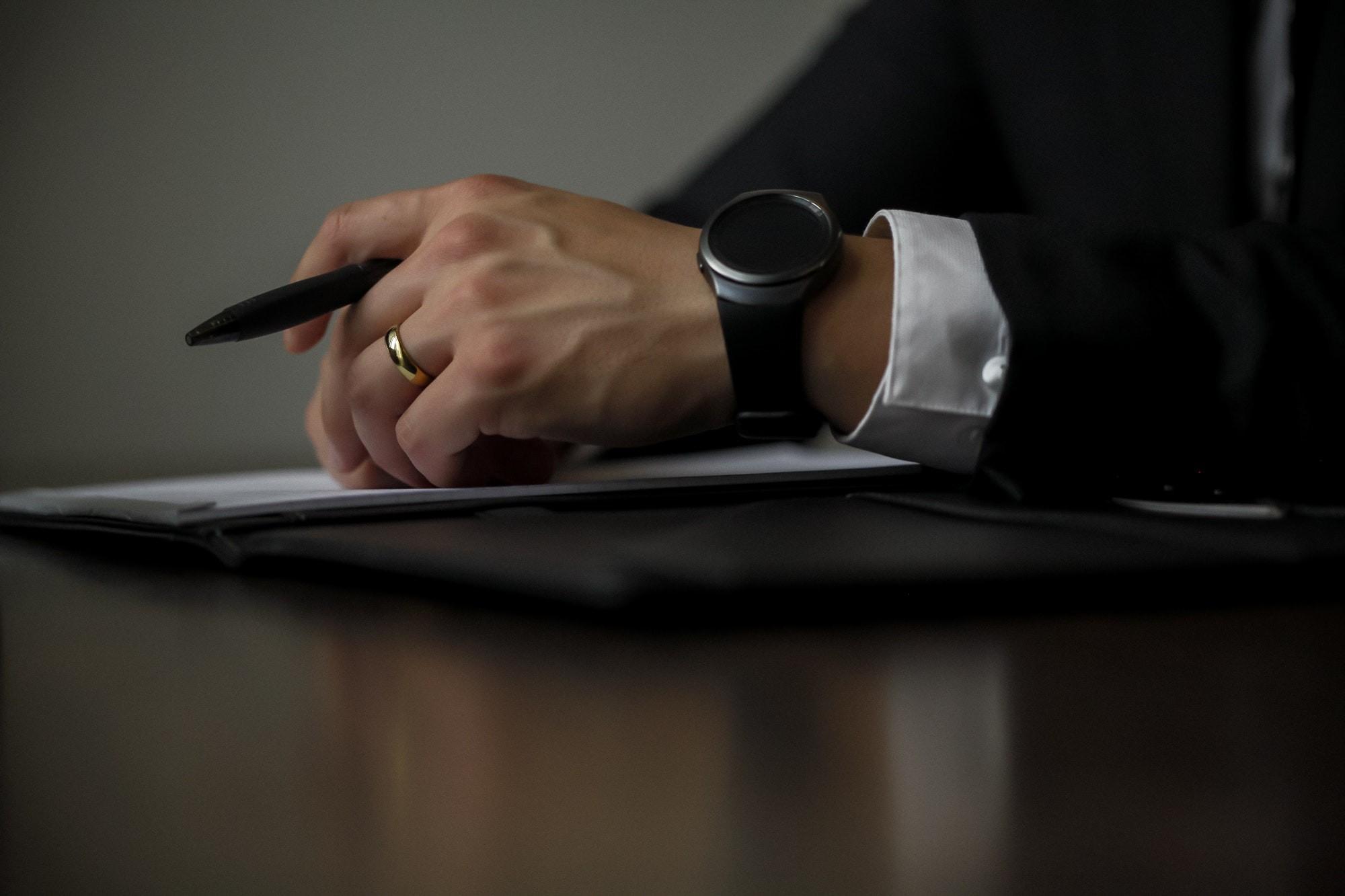老闆說服他簽股東同意書(圖/取自免費圖庫Pexels)