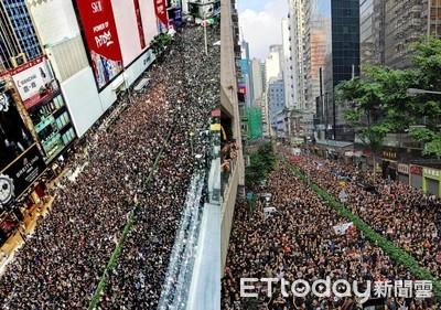 民陣:200萬01人上街 港警估33萬