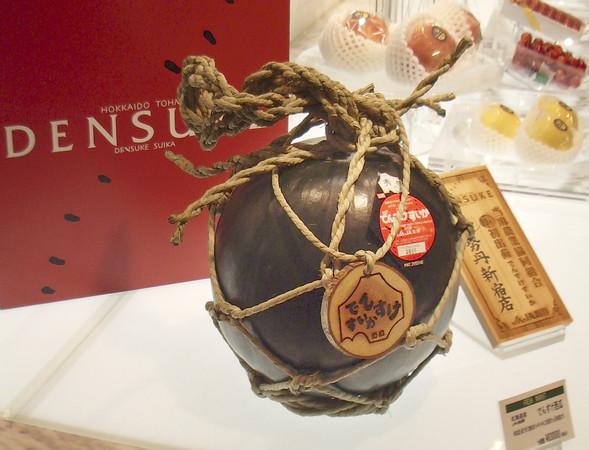 ▲▼2008年北海道售出的一顆8公斤「黑西瓜」,創下全球最貴西瓜紀錄。(圖/達志/美聯社)