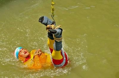 魔術師表演水中脫逃術失敗 沉入恆河底失蹤