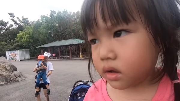 ▲李易帶兒女現動物園…身旁不是六月! 「短褲正妹」身份曝光。(圖/翻攝自李易臉書)