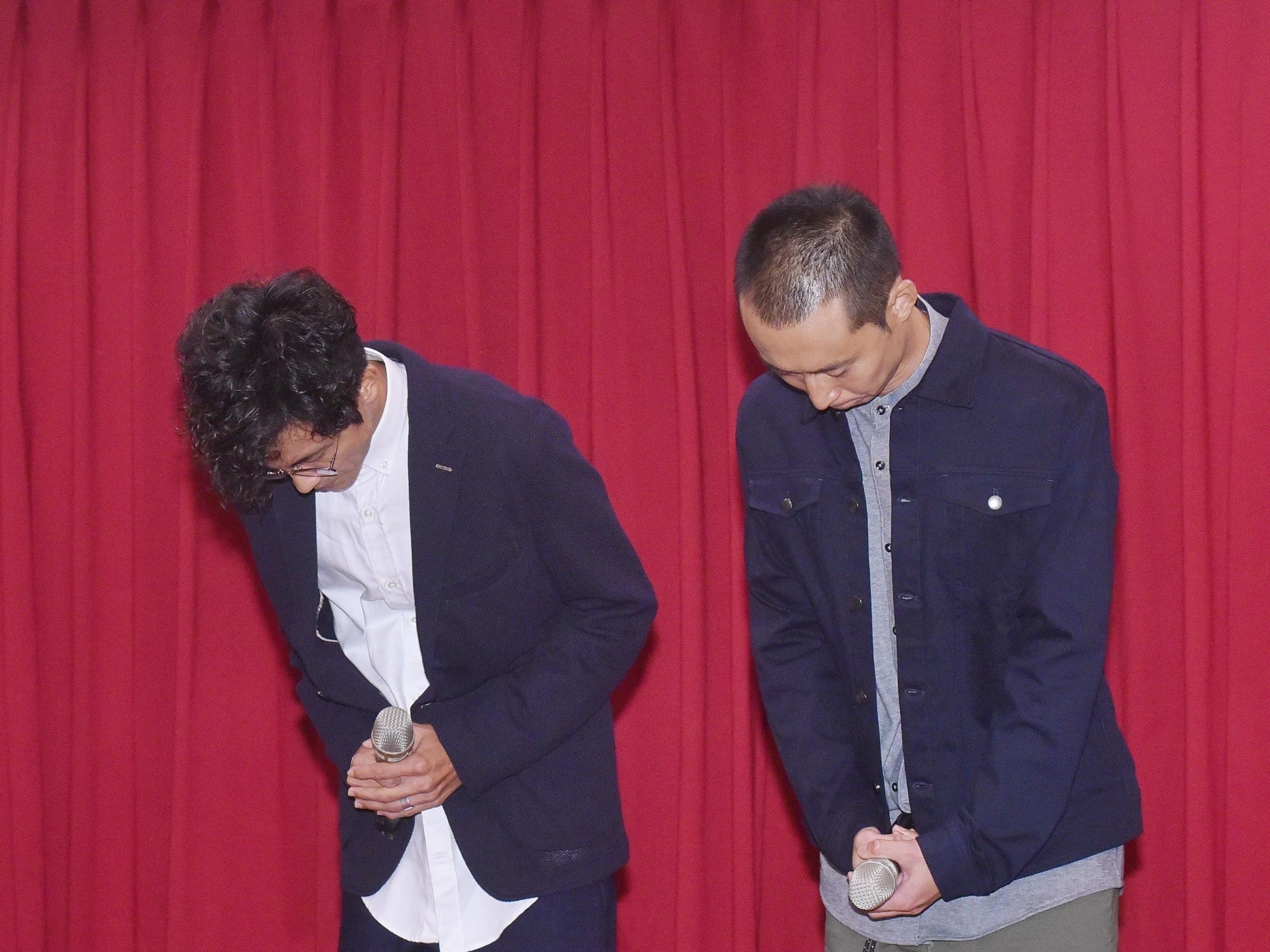 ▲阿翔和浩子一現身就鞠躬致意。(圖/記者季相儒攝)