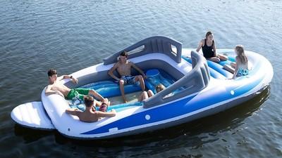 夏天Chill神器!別再獨角獸了 來台派對泳圈「遊艇浮船」