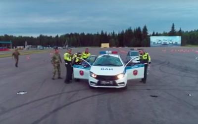 俄羅斯警察演習意外翻車