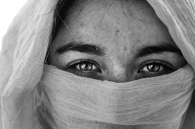 伊朗女沒戴好頭巾 眾男拖往對街痛打