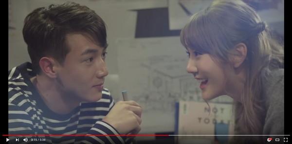 ▲▼黃皓和四葉草曾合拍咖啡微電影,在片中談戀愛。(圖/翻攝自YouTube)