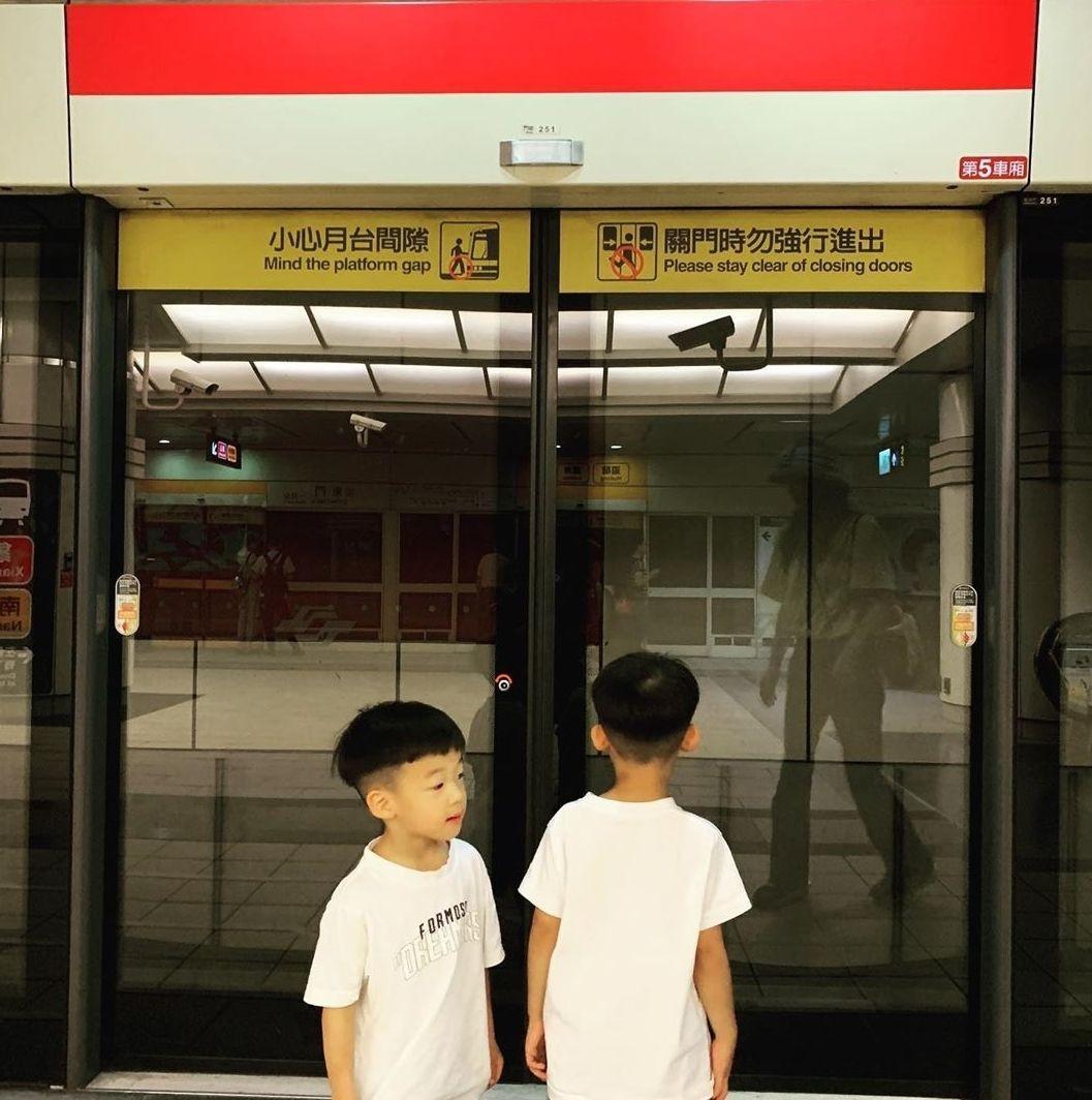 ▲▼范范一打二帶飛翔兄弟搭捷運。(圖/翻攝自IG/范瑋琪)
