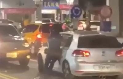 轎車拖行警員再撞擊!女子狂譙國罵+幽默對話 網歪樓:神配音