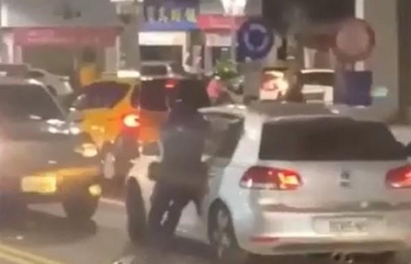 轎車拖行警員再撞擊!女子目擊瞬間「狂譙國罵+幽默對話」網歪樓:神配音