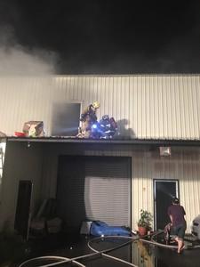 五金賣場大火 5人困2樓聽指示全獲救