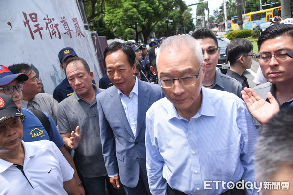 ▲国民党主席吴敦义出席八百壮士新书发表会,与郭台铭同台。(图/记者林敬旻摄)
