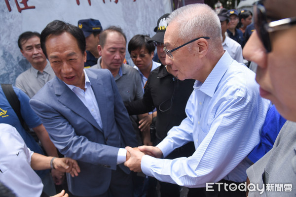 ▲国民党主席吴敦义出席八百壮士新书发表会,与郭台铭握手同台。(图/记者林敬旻摄)