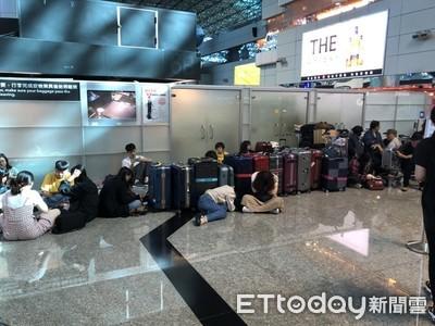 長榮罷工第2天 旅客累癱「倒地就睡」