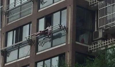 10歲女被父責罰 趴在窗外晾衣架